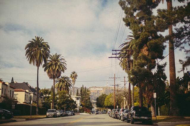 nápis Hollywood na kopci v dálce