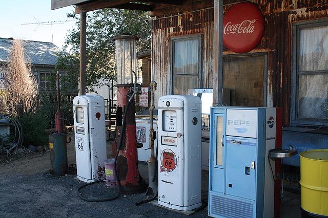 Pohled na historickou čerpací stanici v USA