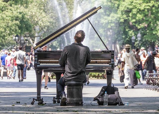 Pohled na klavíristu v parku na Manhattanu