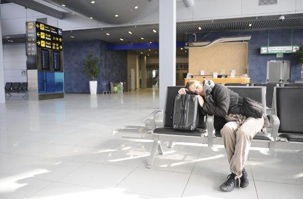 dívka spící na letišti v USA