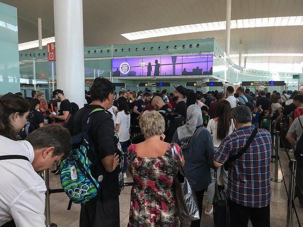 obrázek fronty na americkém letišti