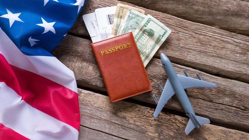 cestovní pas a americká vlajka
