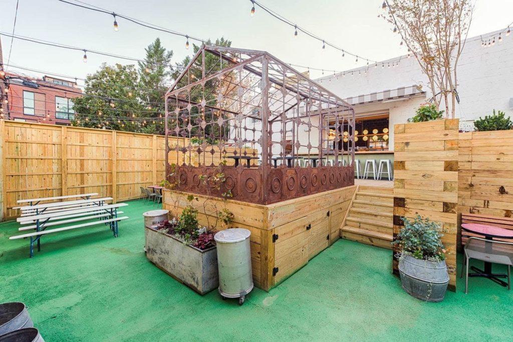 bar plný místních - Calico v centru Washingtonu