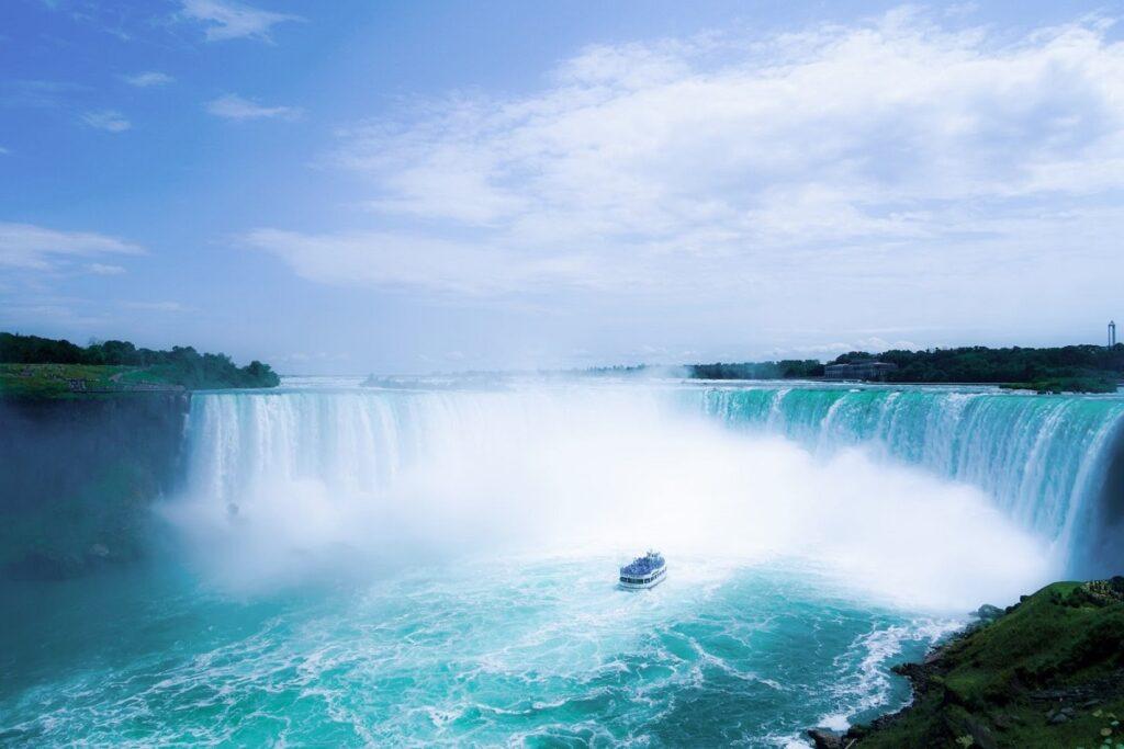 obrázek zpěněných vodopádů kdesi v Severní Americe