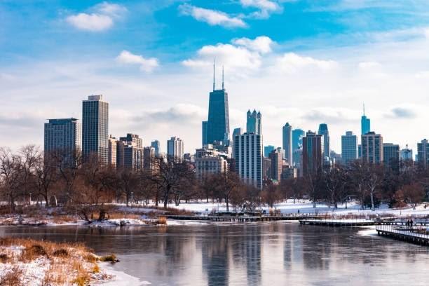 jezero v zimě a za ním linie Chicaga