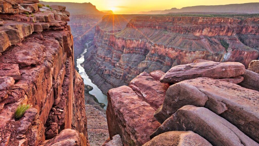 rozervané skalnaté údolí typické pro Grand Canyon