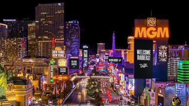 noční osvětlené ulice proslulého Stripu ve městě Las Vegas v Nevadě