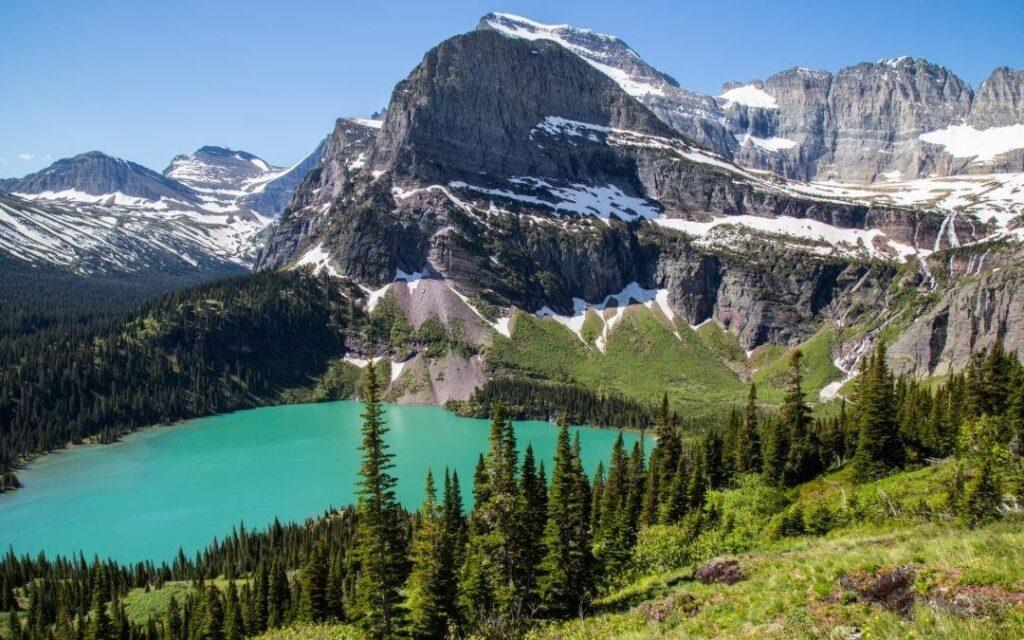 ledovcové jezero a hory v národním parku Glacier