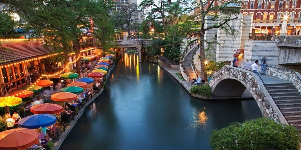 trail podél řeky ve městě San Antonio