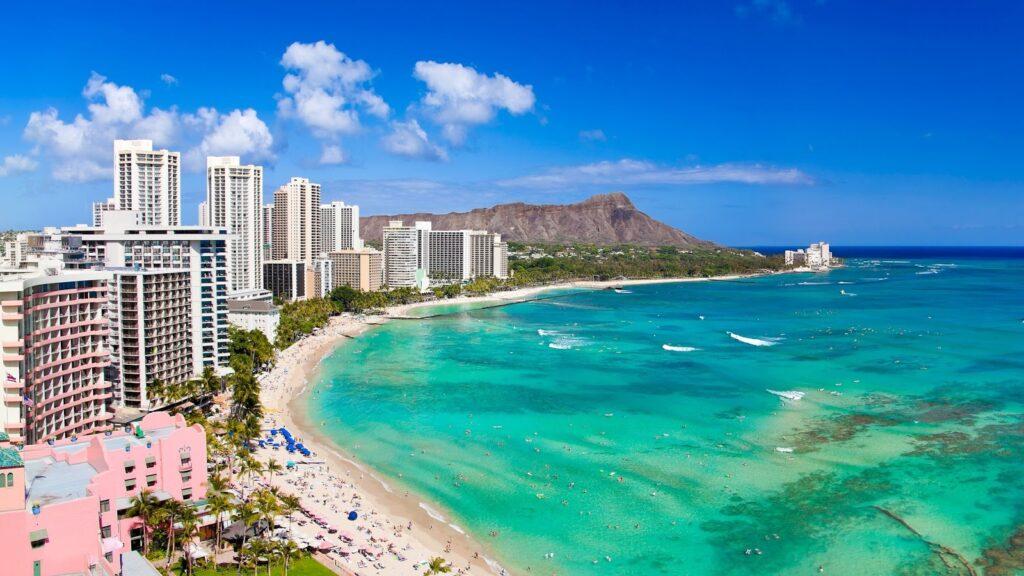 obrázek pláže Waikiki na Havajských ostrovech, které patří k USA