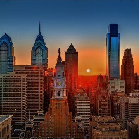 západ slunce nad typickým americkým městem