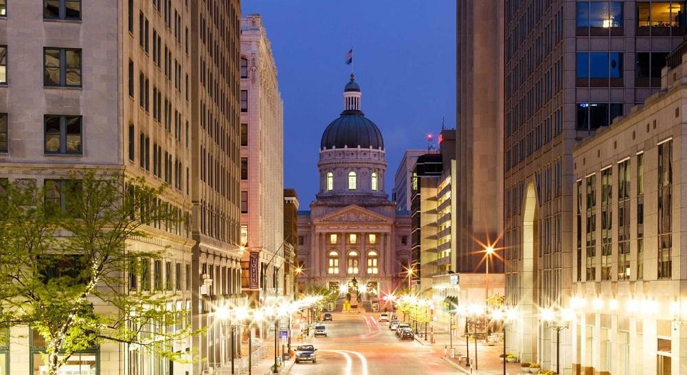 noční rozsvícené ulice amerického Indianapolis