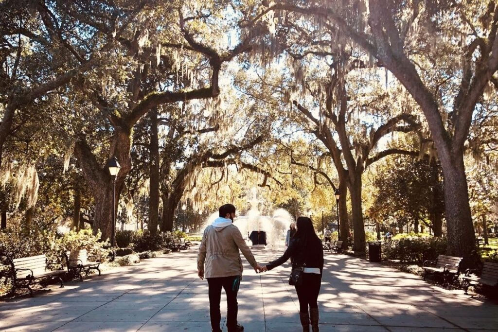 pár držící se za ruce v ulicích Savannah