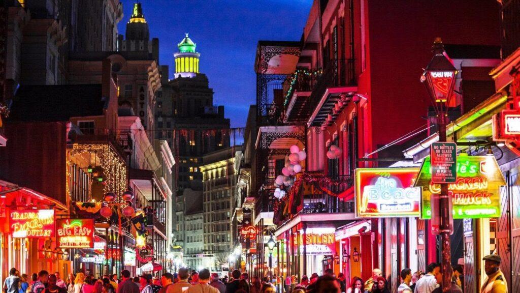 romantické neony a ruch v nočním New Orleans