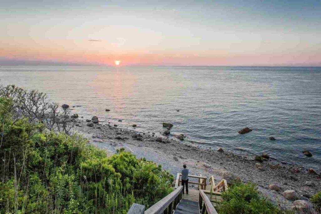 North Fork a slunce zapadající nad oceánem