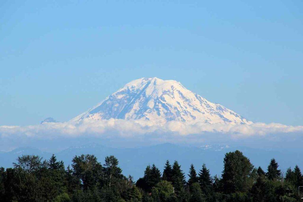 Mt. Rainer, nejznámější hora u Seattlu, v ranním oparu