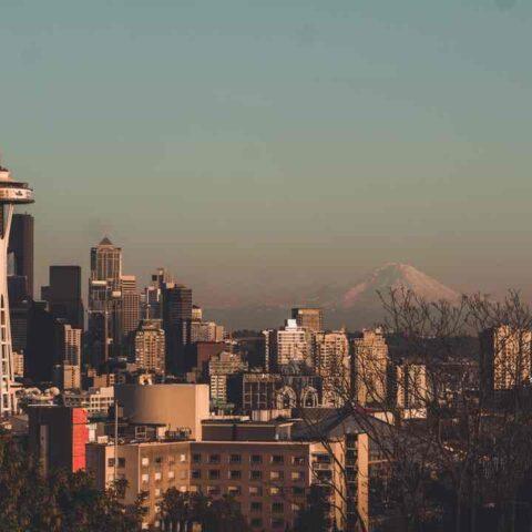 obzor nad Seattlem v ranní mlze